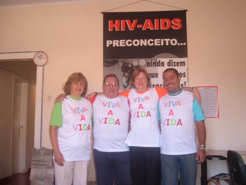 DORA, CARLOS ALBERTO, ADRIANA e ALEX SANDRO com CAMISETAFABRICAÇÃO SOS VIDA