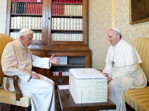 PAPA FRANCISCO E BENTO XVI
